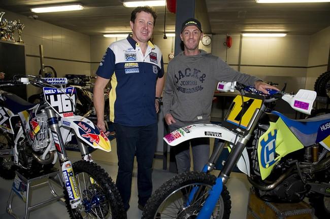 Jacky Martens et Christophe Bertrand entourés de la machine de Romain Fèbvre et de la Husky avec laquelle Jacky fut champion du monde 500 en 1994.